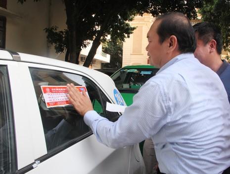 Hà Nội dán đề can cho 19.500 taxi để tuyên truyền luật - ảnh 1