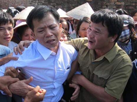 Ông Nguyễn Thanh Chấn (áo trắng) phải chịu oan trong 10 năm. Ảnh: VTC