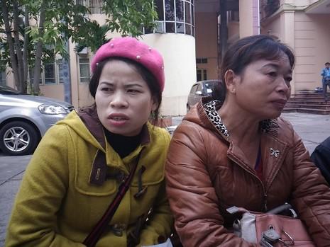 Bà Nguyễn Thị Chiến (phải) cùng con gái đến dự tòa