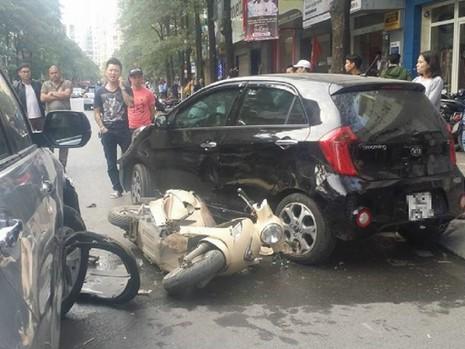 Hàng chục người cùng nâng xe ô tô cứu cháu bé dưới gầm - ảnh 1