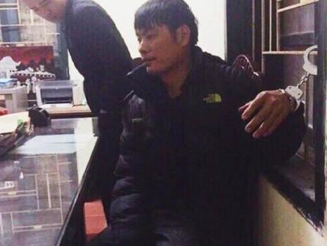 Cảnh sát bắt kẻ vận chuyển súng AK cùng 29 viên đạn - ảnh 1