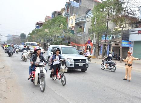 """Cảnh sát tung quân xử lý """"cò"""" ở chùa Hương - ảnh 1"""