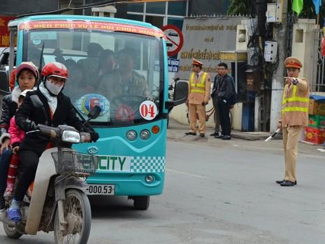 """Cảnh sát tung quân xử lý """"cò"""" ở chùa Hương - ảnh 6"""