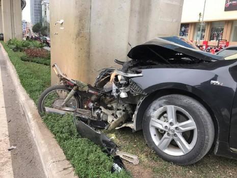 Ô tô Camry tông hàng loạt xe máy trên phố - ảnh 2