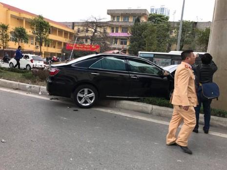 Ô tô Camry tông hàng loạt xe máy trên phố - ảnh 1
