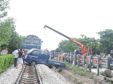 Xử lý ra sao khi ô tô chết máy giữa đường ray? - ảnh 1