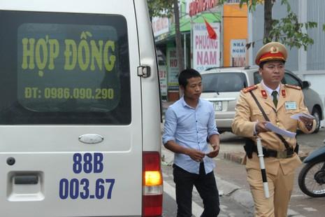 Xử phạt xe điện, khách nháo nhào bắt taxi - ảnh 12