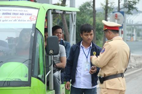 Xử phạt xe điện, khách nháo nhào bắt taxi - ảnh 4