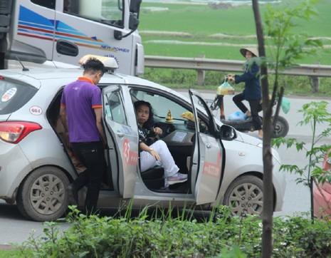 Xử phạt xe điện, khách nháo nhào bắt taxi - ảnh 8