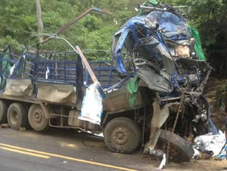 Xe tải gặp nạn 2 người chết, dân lao vào hôi của - ảnh 2