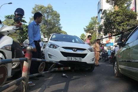 Đâm xe liên hoàn ở trung tâm Sài Gòn, giao thông kẹt cứng - ảnh 2