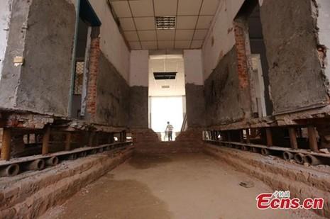 'Thần đèn' Trung Quốc di chuyển nhà hai tầng bằng 1.000 ống sắt - ảnh 2