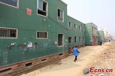 'Thần đèn' Trung Quốc di chuyển nhà hai tầng bằng 1.000 ống sắt - ảnh 3