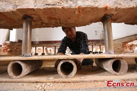 'Thần đèn' Trung Quốc di chuyển nhà hai tầng bằng 1.000 ống sắt - ảnh 4