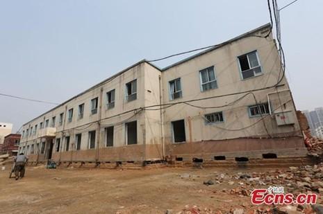 'Thần đèn' Trung Quốc di chuyển nhà hai tầng bằng 1.000 ống sắt - ảnh 6
