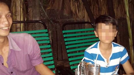 """Thuận (trái) - một kẻ phạm tội tình dục với trẻ em trai - rao giá """"đi khách"""" của bé trai ngồi bên cạnh là 2 triệu đồng vào chiều 8-10 tại một quán cà phê trên hương lộ 80B (P.Hiệp Thành, Q.12, TP.HCM) - Ảnh: N.Khải"""