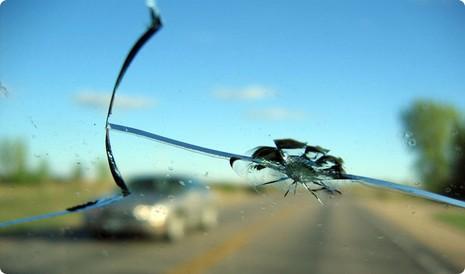 Kinh nghiệm xử lý kính chắn gió ô tô bị xước, mờ - ảnh 1