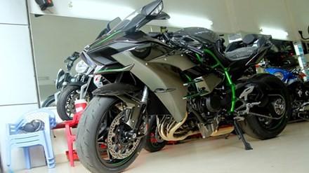 Lô hàng Kawasaki Ninja H2 đầu tiên về Việt Nam được nhập khẩu bởi showroom môtô Quyền Lan tại TP HCM. Cả ba chiếc cùng có màu đen - bạc kim loại đặc trưng.