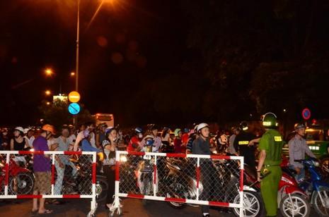 Đêm đầu tiên cấm xe, người dân không biết đường về nhà - ảnh 3