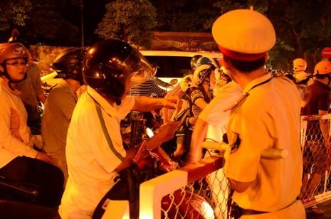 Đêm đầu tiên cấm xe, người dân không biết đường về nhà - ảnh 2