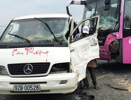 Ôtô khách 12 chỗ bị xe giường nằm đâm ngang hông. Ảnh:Trí Tín/ VnExpress