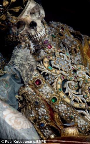 Mục kích những hài cốt phủ đầy châu báu trăm năm - ảnh 4