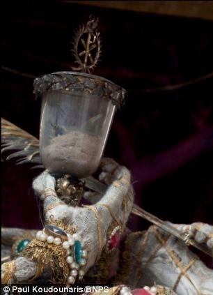 Mục kích những hài cốt phủ đầy châu báu trăm năm - ảnh 9