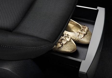Chuẩn bị sẵn giày để bằng ở trong xe