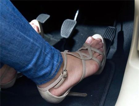 Không nên sử dụng giày cao gót khi lái xe