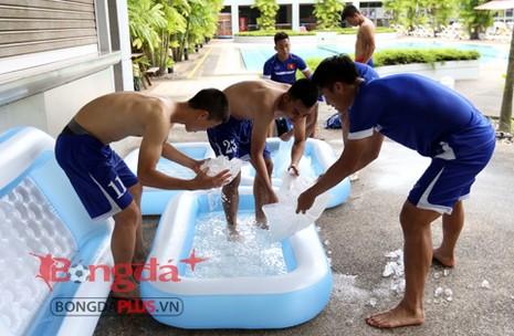 Học trò HLV Miura 'rét run' trong thời tiết... 40 độ C - ảnh 4