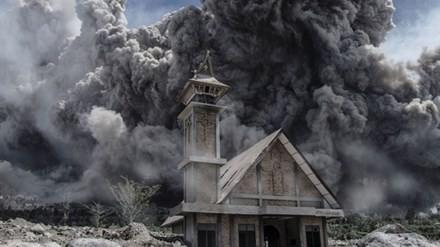 Đám khói bao quanh một nhà thờ bị bỏ hoang ở Karo, Sumatra, Indonesia vào ngày 19/6. Ngọn núi này đã
