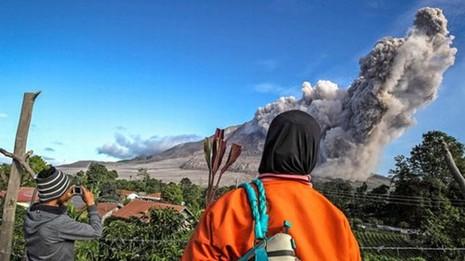 Indonesia: Núi lửa lại phun trào như ngày tận thế - ảnh 1