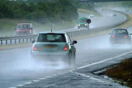 Kinh nghiệm lái xe mùa mưa bão - ảnh 1