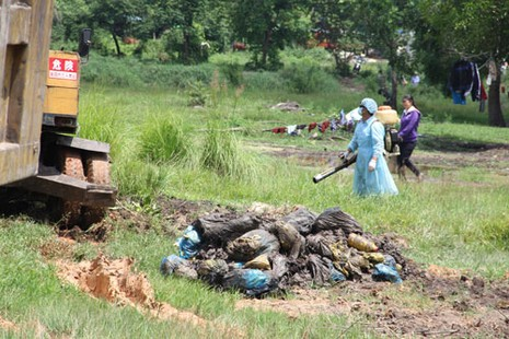 Vụ chôn rác thải y tế: Khai quật hơn 40 hố rác thải bốc mùi hôi thối - ảnh 1