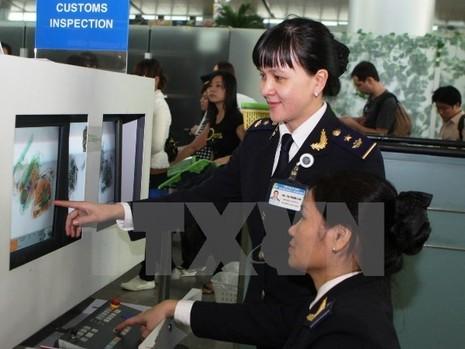 Phát hiện khách mang hành lý xách tay chứa chất bột nghi thuốc nổ  - ảnh 1