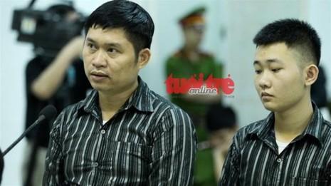 Bị cáo Nguyễn Mạnh Tường và bị cáo Đào Quang Khánh (từ trái qua phải) trước vành móng ngựa - Ảnh tư liệu