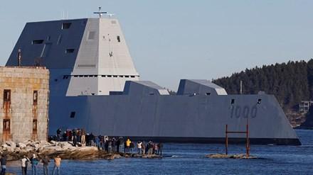 USS Zumwalt sừng sững trên đường tiến ra biển (Ảnh: AP)