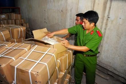 Cơ quan chức năng kiểm tra phát hiện hơn 5 tấn đường nghi sản xuất trái phép. Ảnh Việt Văn