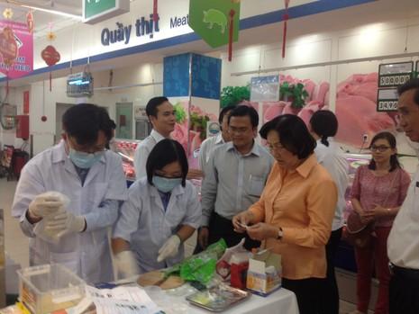 Người tiêu dùng kiểm tra rau quả an toàn ngay tại siêu thị - ảnh 1
