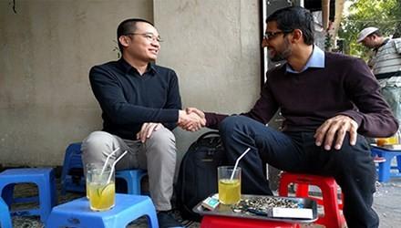 CEO Google Sundar Pichai bắt tay thân mật cùng Nguyễn Hà Đông tại một quán trà chanh ở Hà Nội. Ảnh: Google