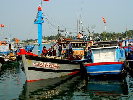 Tàu Trung Quốc đe dọa ngư dân sẽ tông nát tàu và bắt người  - ảnh 3
