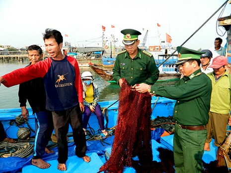 Tàu Trung Quốc đe dọa ngư dân sẽ tông nát tàu và bắt người  - ảnh 4