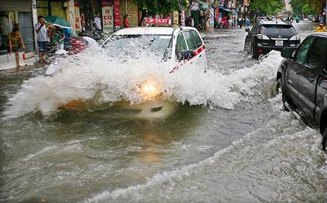 Xử lý khi ô tô chạy vào đường ngập nước - ảnh 1