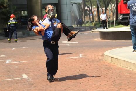 Diễn tập chữa cháy, cứu hộ trong tòa nhà 21 tầng - ảnh 7