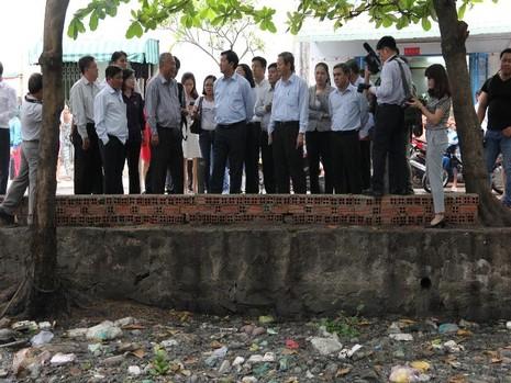Rạch Hóc Môn nhiều năm nay ngập trong rác, dòng chảy luôn bị tắc chưa được nạo vét, cải tạo và khơi thông