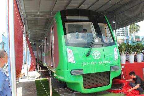 Người dân nói gì về mẫu tàu điện Trung Quốc sản xuất cho Việt Nam? - ảnh 4
