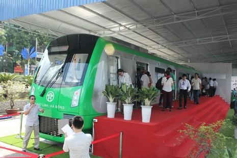 Người dân nói gì về mẫu tàu điện Trung Quốc sản xuất cho Việt Nam? - ảnh 3