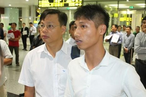Nhóm công nhân bị chủ Trung Quốc đe dọa đánh đập đã về nước - ảnh 1