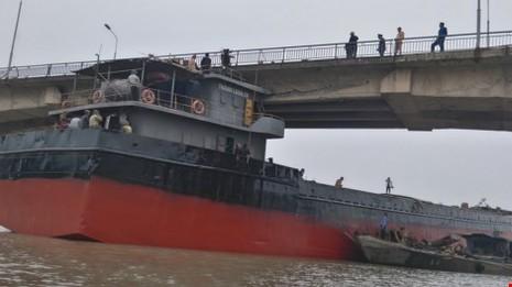 Yêu cầu công an vào cuộc điều tra vụ tàu đâm vào dầm cầu - ảnh 1