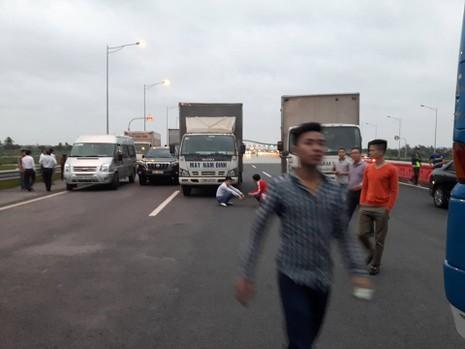 2 xe khách chặn ngang cao tốc vì phản đối tăng phí đường bộ? - ảnh 3